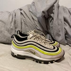 Coola Nike skor. Neon gula,vita,svarta och reflex. Stl 39 men passar 38 också. Pris:500 exkl frakt🌟