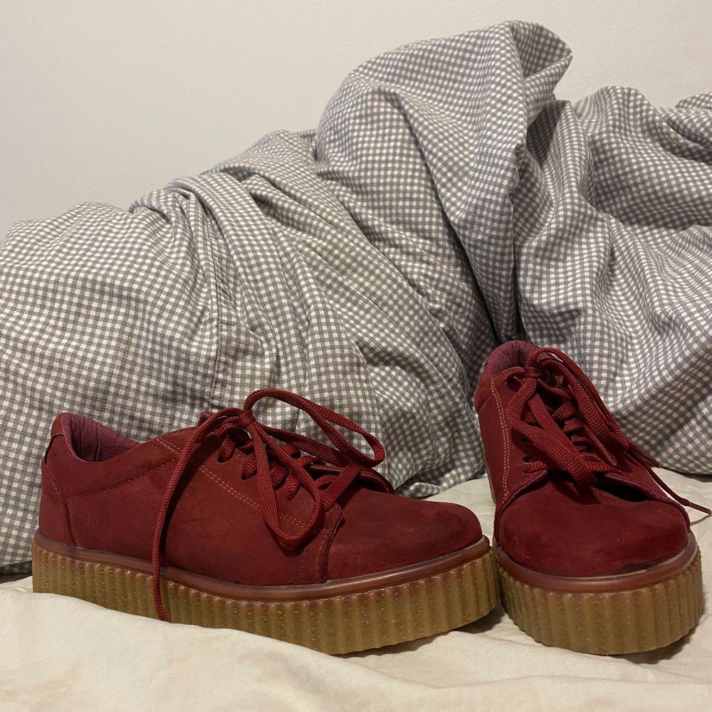Super coola skor köpta för ett år sedan i London. Stl 38. Skorna är mer vinröda i verkligheten.                Pris: 100 kr exl frakt🌟. Skor.