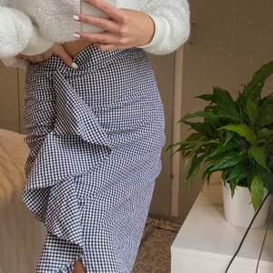 svinsnygg oanvänd kjol - nypris: 599kr; buda från 130kr. Färg: (vit&svart) rutig. Storlek: 36. Frakt ingår i slutpriset💓