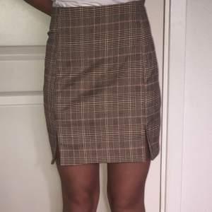 söt kjol i beige och rosa rutigt mönster, kan mötas upp i Malmö eller frakta