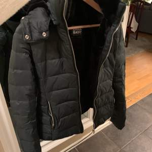 Super fin dunjacka från Zara! Använd vid 1 tillfälle & säljs då jag har alldeles för många vinter jackor 😂 Den är fodrad & det tillkommer svart fuskpäls till jackan!