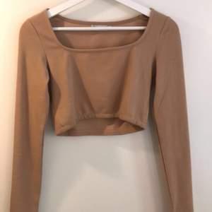 Croppad tröja från Madlady i storlek S, aldrig använd så som ny!✨