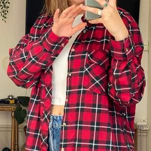 Superskön flanell köpt på humana! Najs grej att ha i garderoben, särskilt nu till hösten!! Säljer bara för att jag samlat på mig för många skjortor lol :) Skriv om du vill ha fler bilder eller har nån annan fråga❣️❣️