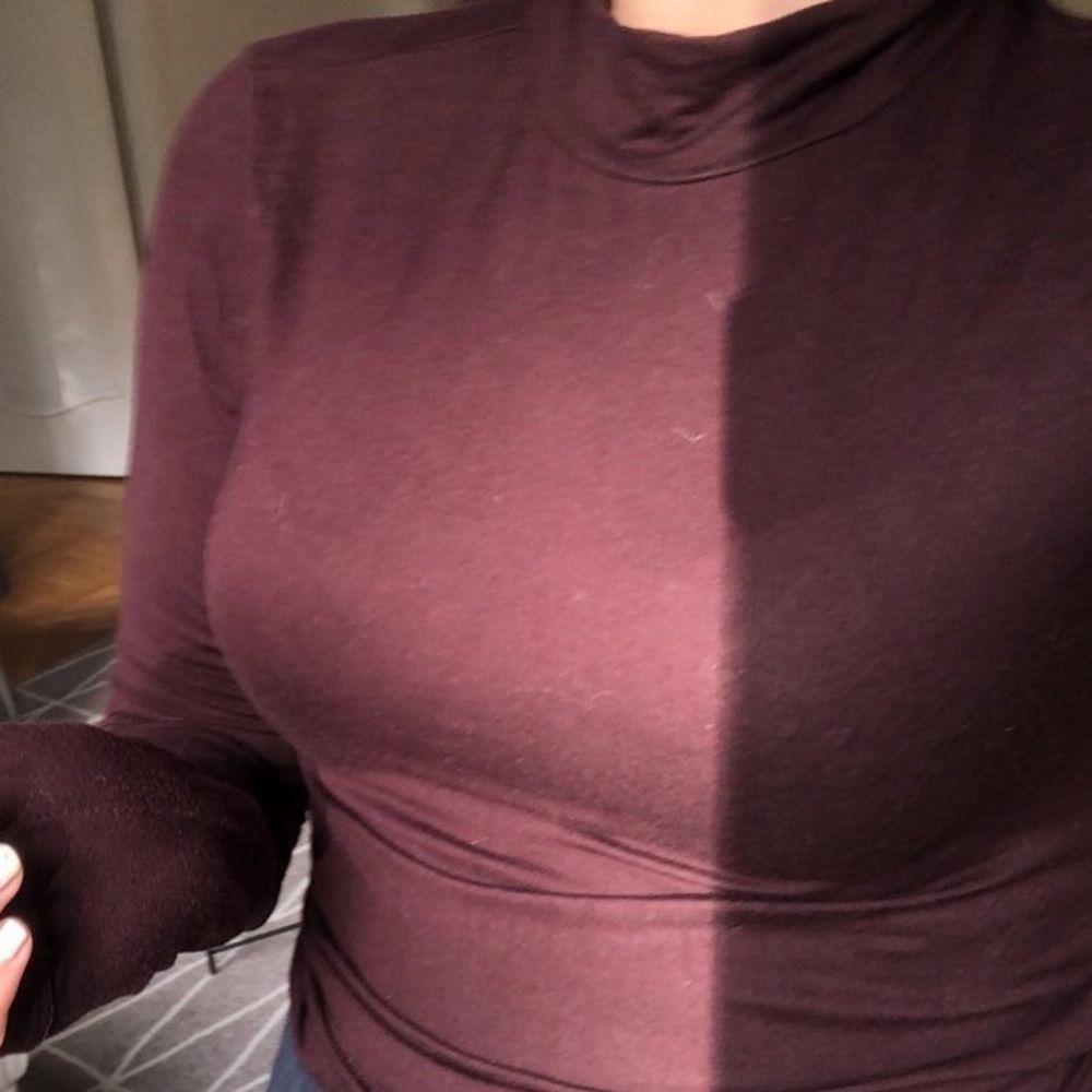 Storlek M men passar mig som är XS/S❣️❣️Bra skick & nästintill oanvänd. Färgen visas bäst på andra bilden. Tröjor & Koftor.