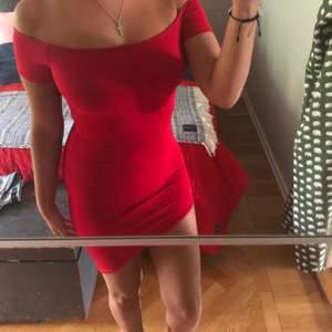 Säljer min röda off shoulder klänning från PrettyLittleThing då jag aldrig fått användning för den.