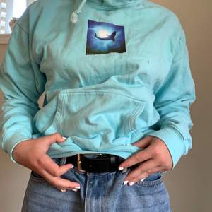 Gullig valhoodie köpt på Plick nyligen! Säljer dendå den tyvärr är för liten för mig :( Valtrycket är jättegulligt!!🐬 Kan mötas upp i Trollhättan, annars står köparen för frakt!✨📦 (Säljer billigt pga ett par små fläckar som inte går att tvätta bort)