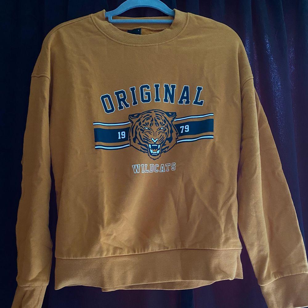Jätte gullig sweatshirt med tryck i fram. Aldrig använd pga inte min stil och där av i väldigt bra skick. . Tröjor & Koftor.