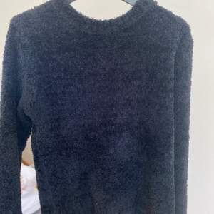 Svart lurvig tröja från BikBok. Strl S och finns inte längre att köpa i deras sortiment. Bra skick, suuperskön! 🤩 Kan fraktas