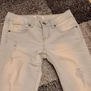 Otroligt fina jeans sosom aldrig har kommit till användning. Tyvärr finns det ingen bild då man får se hur dem sitter på någon då jag inte får på mig dem på grund av att dem är för smsmå för mig. Kontakta vid intresse och av fler bilder❤frakt tillkommer