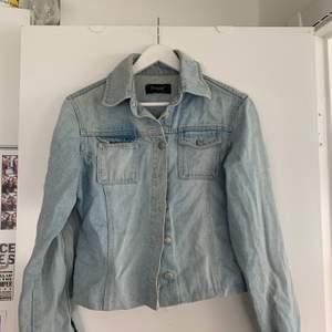 Liiite slimmad jeansjacka med tillhörande jeans bälte (ej på bild). Köpt secondhand❣️
