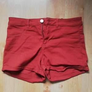Sköna och mjuka jeans-shorts i stretch-material med dragkedja, knapp och möjlighet till skärp, samt fickor bak. De är från HM och använda 3 gånger, självklart tvättade efteråt. 61% Bomull, 36% Polyester och 3% Elastan. Pris + inkl. frakt