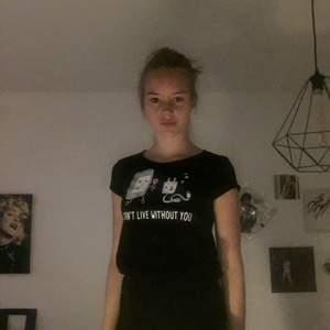 """Nästan oanvänd T-Shirt från newyorker. Det står """"can't live without you"""". Köparen står för frakt om vi inte möts upp i Kalmar."""
