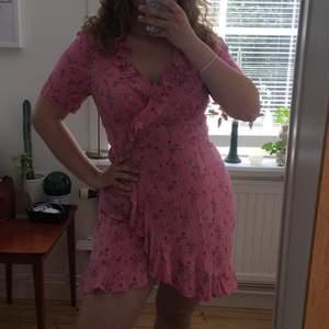 Söt blomning rosa klänning med omlottkjol köpt på MQ, märket heter Visual Clothing Project och den är i storlek M, endast använd på skolavslutning, nypris ca. 599kr