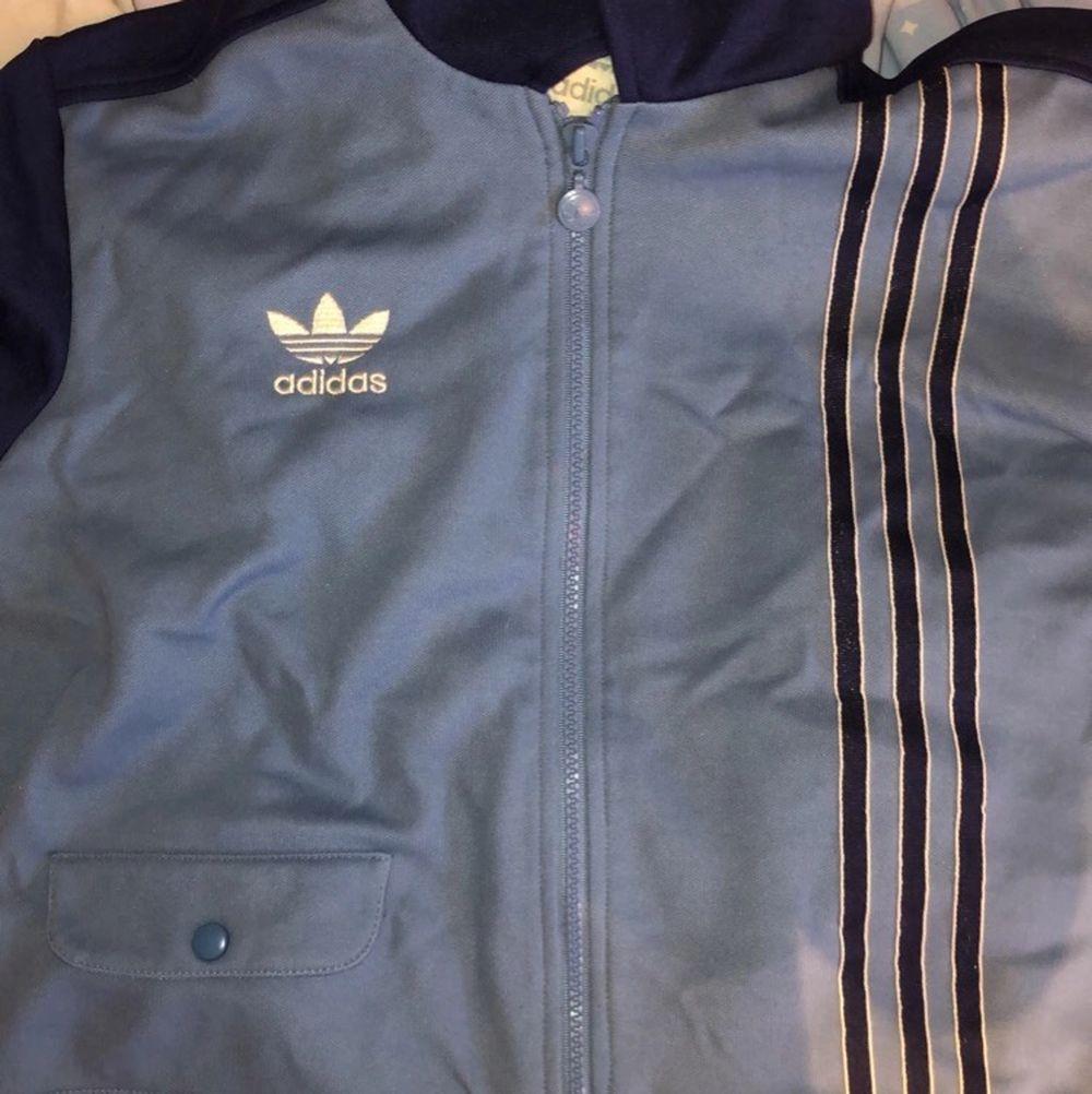 Så snygg trendig adidas tröja som jag säljer då den inte är min stil! Storlek M men passar XS och S mycket väl! Bra skick 😆. Tröjor & Koftor.