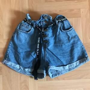 Ett par blåa baggy shorts med tygskärp till i storlek M. Väldigt sköna men måste sälja den då jag inte tycker dem sitter så bra på mig💕köparen står för frakten!
