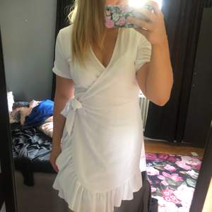 Vit klänning köpt ifrån bohoo aldrig använd (Se prislapp). Storlek (US 10) S/M