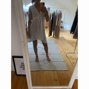 Vit gullig klänning!  Storlek 32-34   Väldigt fint nu i sommar 🤍🤍 -köparen står för frakten-