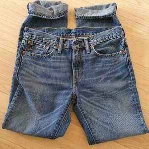 Levi's jeans i tjock denim. Mycket gott skick, lite använda. Jag är en kille 177cm/68 kg.