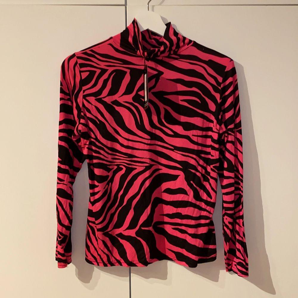 Supersnygg tröja från PrettyLittleThing som endast är provad, lappen sitter fortfarande kvar 💗. Storlek 44 men är mer som en 42 🦓. Säljes pga fel storlek. Köparen står för frakten! . Toppar.