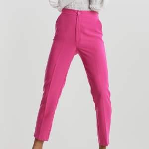 Rosa kostymbyxor från Gina Tricot i strl 44 (passar 42 också). Aldrig använda. 60kr + 40kr frakt