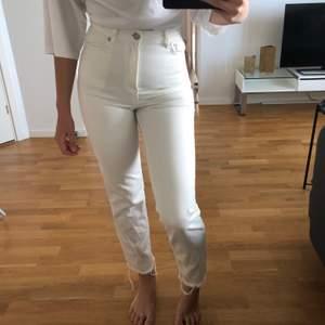 Måste nu tyvärr sälja dessa helt slutsålda skitsnygga jeans som sitter lite för tight på mig runt midjan sitter annars helt perfekt! Från nakd x Karo Kauer i storlek 34. Endast använda en gång därför säljer jag för 250kr men pris kan diskuteras🤍🤍