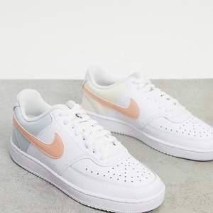Säljer mina Nike court vision low med olika pastellfärger i storlek 39! Dem är använda en gång. Så skick 8/10! Superfina verkligen!