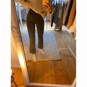 Utsvängda grå/svarta jeans från GINA TRICOT 💘  -köparen står för frakten-