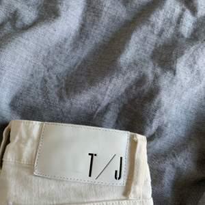Vita tiger of Sweden jeans säljs!! As snygga och sköna men försmå för mig! Storlek 24 i midjan och längden 30 dock lite uppsydda💕💕är 160cm! Dem är självklart äkta! Frakt står köparen för
