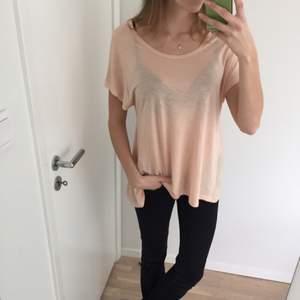 Helt ny tröja från Ellos. Hade tänkt att använda den som en träningströja men den var för stor för mig. Det är en vanlig bomullstop i beige/rosa färg.