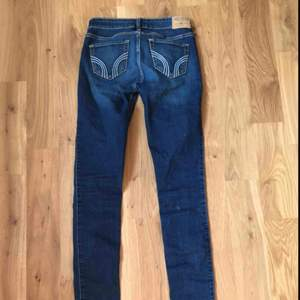 Fina jeans från Hollister! Mycket måttligt använda, väldigt fint skick.