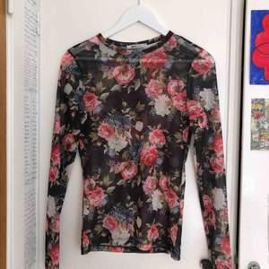 Så fin mesh-tröja fråga Gina som knappt är använd. Den ör i mycket gott skick och är så fin med en söt bh under eller en T-shirt över!