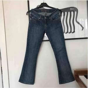 Guess jeans i stl 24/XS med lite utsvängda ben🦋 Skriv för frågor!💕 Frakt tillkommer