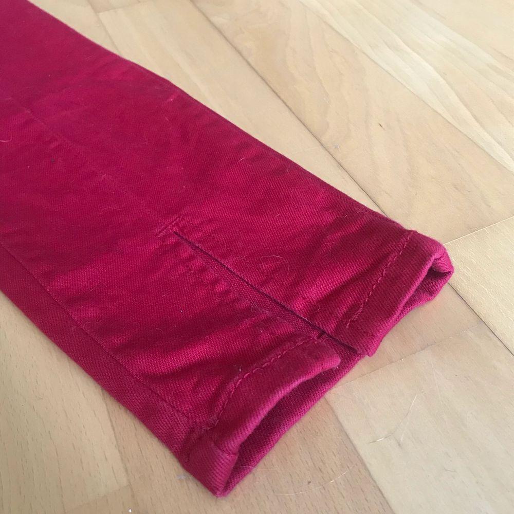 Skit balla röda jeans med en slits vid botten av jeansen. Använda fåtal gånger, säljer då dem har blivit för små. Dem är i storlek 34. Priset går att diskutera❤️. Jeans & Byxor.