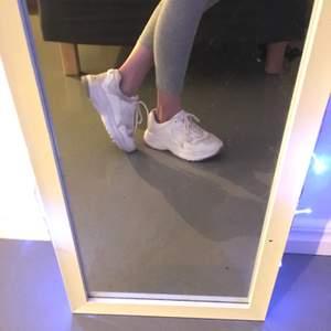 Säljer mina vita skor pga att de ha blivit för små för mig, passar jätte bra, inte trasiga.💜