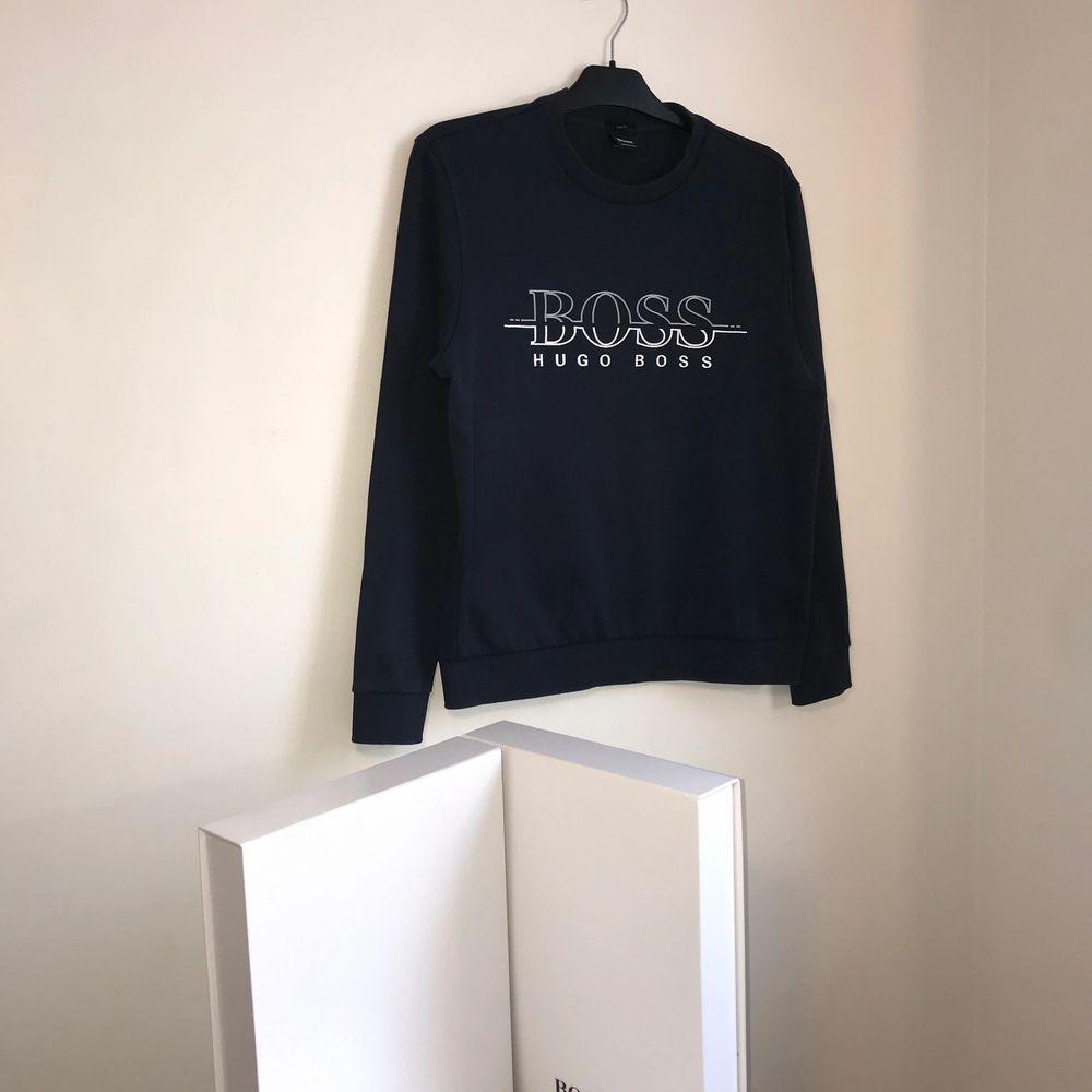 Hugo Boss sweatshirt  Storlek: M Skick: 9/10 Pris: 760 (finns fler plagg på min Instagram MQ.inla). Huvtröjor & Träningströjor.