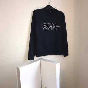Hugo Boss sweatshirt  Storlek: M Skick: 9/10 Pris: 760 (finns fler plagg på min Instagram MQ.inla)