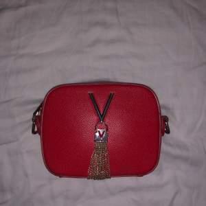 En röd valentino väska som köptes i Italien. Har inga hål eller fläckar, men säljs utan band. Säljs för att den inte kommer till användning.