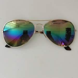 Solglasögon med regnbåge/färgglatt glas, dessa hqr UV-skydd och några mindre repor men det är inget som märks, 50kr + frakt 11kr