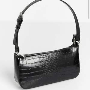 Säljer denna helt nya slutsålda baguette väska jag aldrig använt eftersom den aldrig kom till användning. Säljer den för 299kr eftersom den är i absolut ny skick. Kan mötas upp eller skickas, men då står du för frakten. Skriv för fler bilder 🥰