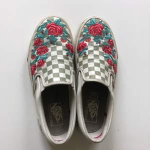 Säljer mina sjukt snygga vansskor då dem tyvärr är för små. Ovandelen är i läder och rosorna är broderade. Skorna är i storlek 41 men är smala. Har använt skorna men dem är i bra skick✨✨