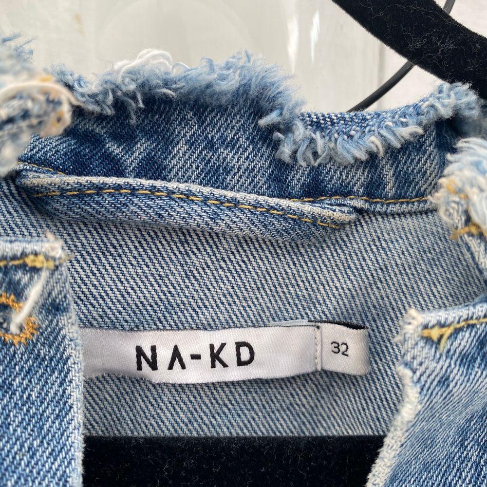 Superfin oversized croppad jeansjacka ifrån NA-KD⭐️ använd fåtal gånger då det inte är min stil 💕💙⭐️. Jackor.