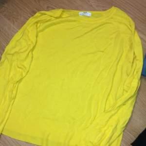 Gul tröja från Zara. Bra skick! Storlek L men jag använder i vanliga fall S, köpt större för lite oversize.