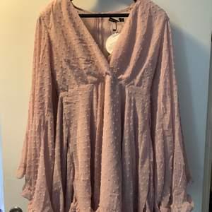 Köpte denna klänning till studenten men den passade inte,  och har endast provat den en gång. Inköpspris: 270kr. Ganska liten i storleken.