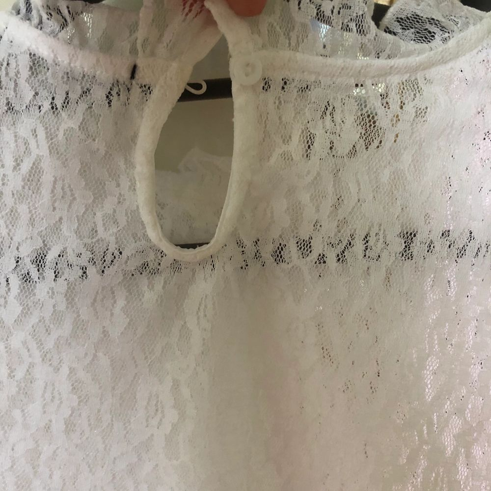 Superfin vit spets blus från BikBok som har aningen vidare armar. Aldrig använt den, endast testad. Frakten är inräknad i priset🤍✨. Blusar.