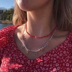 Säljer nu dessa kedjehalsband! De kommer i olika modeller och kostar 99kr + frakt på 11kr 💕⛓🥰🌸 Kika in på min instagram JUVELLEN för fler smycken!