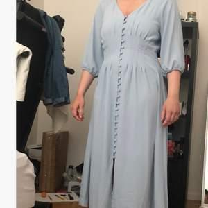 Säljer den här klänningen stl 38. Då den är helt oanvänd, prislappen finns fortfarande. Köptes för en månad sedan.