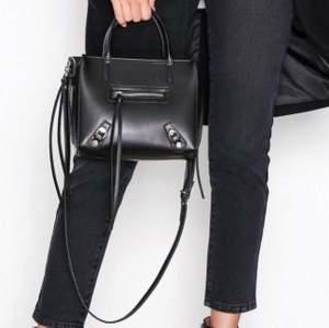 Fin svart väska från nelly i fint skick. Slutsåld på hemsidan.