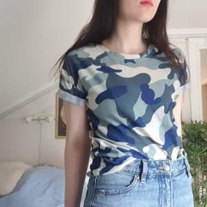basic t-shirt i kamouflagemönster med uppvikta (och fastsydda) ärmar.