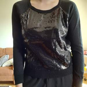 Svart tröja med svarta paljetter. Alla paljetter sitter kvar och tröjan är tunn så den är inte varm. På andra bilden ser man att den inte är helt täckt av paljetter. Storlek XS och därav liten på mig i bilden. 70 exklusive frakt