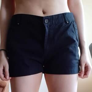 Svarta shorts i storlek 38 men är stora vid midjan så skulle säga 40-42 (L). 50 exklusive frakt